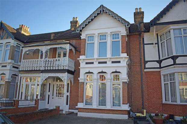 2 Bedrooms Flat for sale in Clarendon Gardens, Ilford, Essex