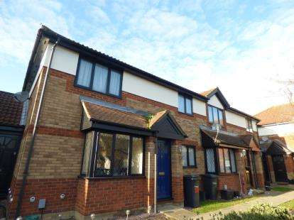 2 Bedrooms Maisonette Flat for sale in Hollybush Way, Cheshunt, Waltham Cross, Hertfordshire
