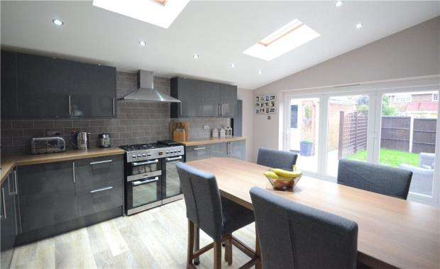 4 Bedrooms Detached House for sale in Ashbury Drive, Blackwater, Camberley