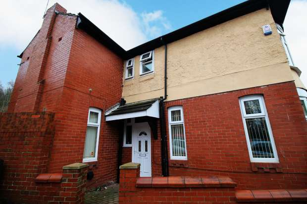 3 Bedrooms Property for sale in Abbeyhills Road, Oldham, Lancashire, OL4 1RG