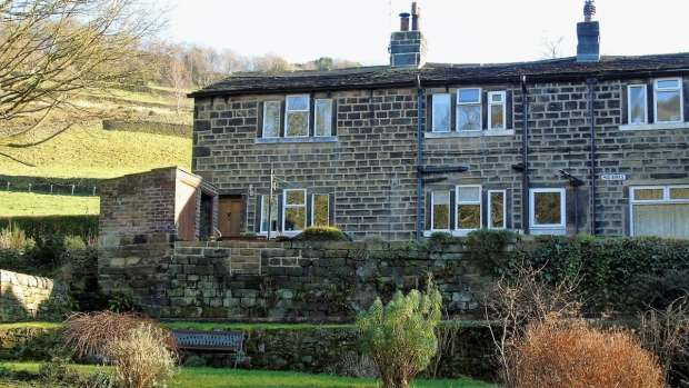 3 Bedrooms Semi Detached House for sale in Cragg Vale Hebden Bridge