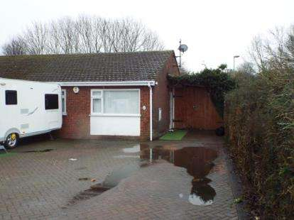 2 Bedrooms Bungalow for sale in Orchard Close, Houghton Regis, Dunstable, Bedfordshire