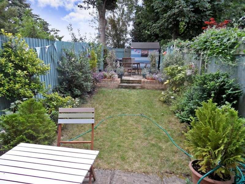 3 Bedrooms Semi Detached House for sale in Candlers Way, Chartham, Canterbury, Kent