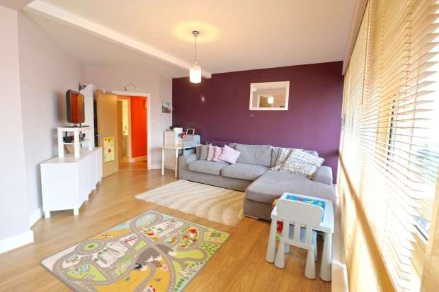 2 Bedrooms Flat for sale in 28 Trinity Trees, Eastbourne, BN21