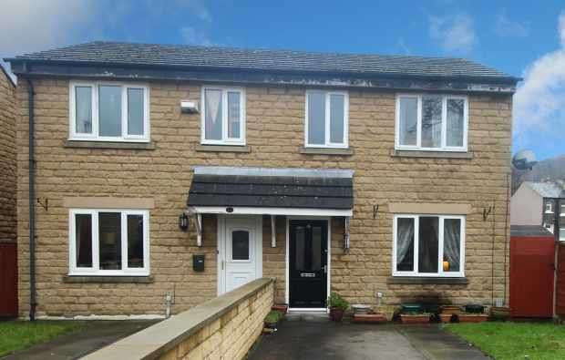 3 Bedrooms Semi Detached House for sale in Crown Green, Huddersfield, West Yorkshire, HD4 5TR