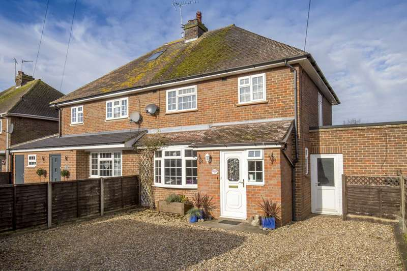 3 Bedrooms Semi Detached House for sale in Meadow Close, Tring