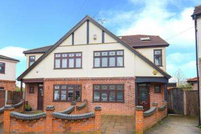 4 Bedrooms Semi Detached House for sale in Osborne Close, Hornchurch