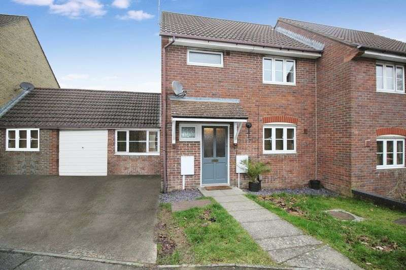 2 Bedrooms Semi Detached House for sale in Hammond Road, Crawley