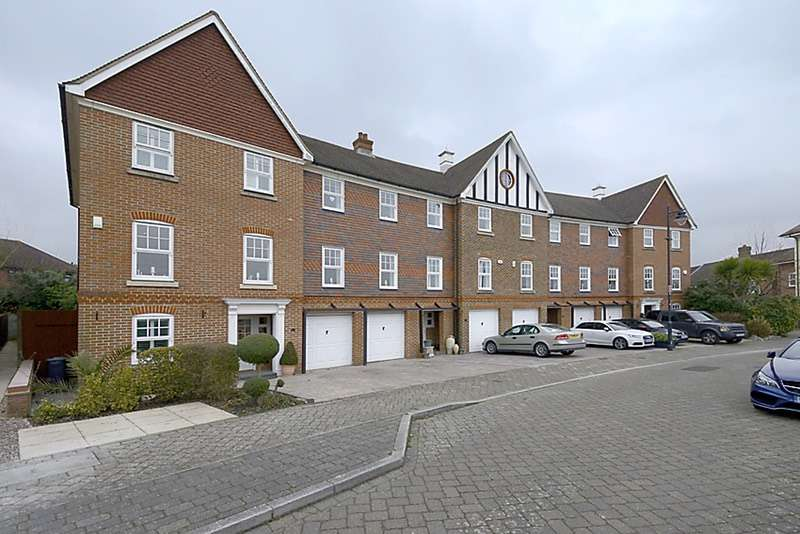 4 Bedrooms Town House for sale in Elvetham crescent, Fleet, Hampshire, GU51