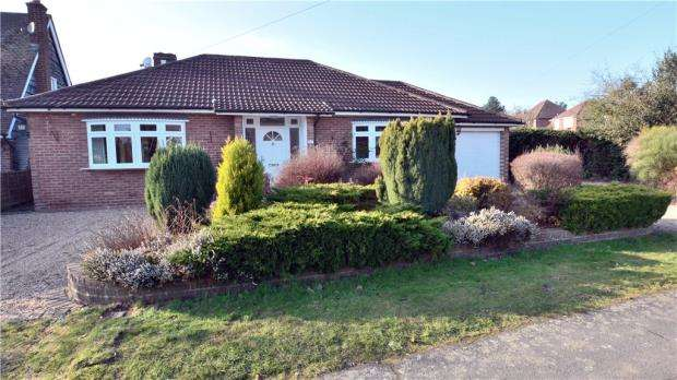 2 Bedrooms Detached Bungalow for sale in Penn Drive, Denham Green