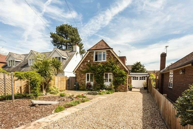 4 Bedrooms Detached House for sale in Englefield Green Village