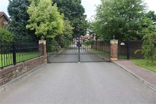 4 Bedrooms Detached House for sale in Willow Gardens, Barrow-upon-Humber, Lincolnshire
