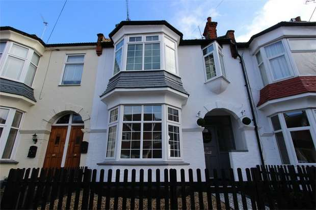 3 Bedrooms Terraced House for sale in Oakleigh Park Drive, Leigh-on-Sea, Essex
