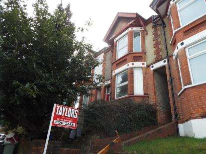3 Bedrooms Terraced House for sale in Russell Rise, Luton, Bedfordshire