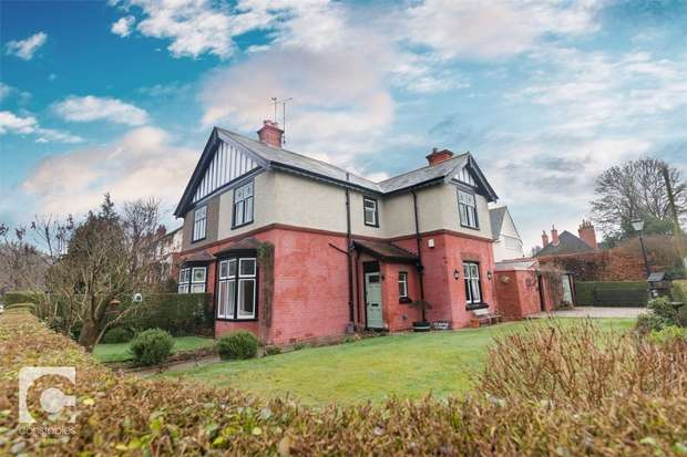 3 Bedrooms Semi Detached House for sale in Hinderton Road, Neston, Cheshire
