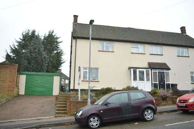 3 Bedrooms Semi Detached House for sale in Cox Lane, Chessington