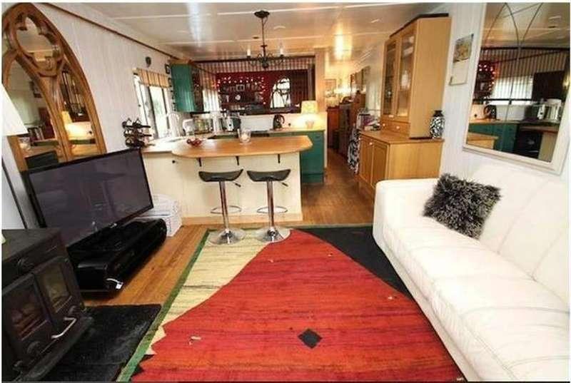 2 Bedrooms House Boat Character Property for sale in Benbow Mooring, Benbow Waye, Uxbridge, UB8 2HD