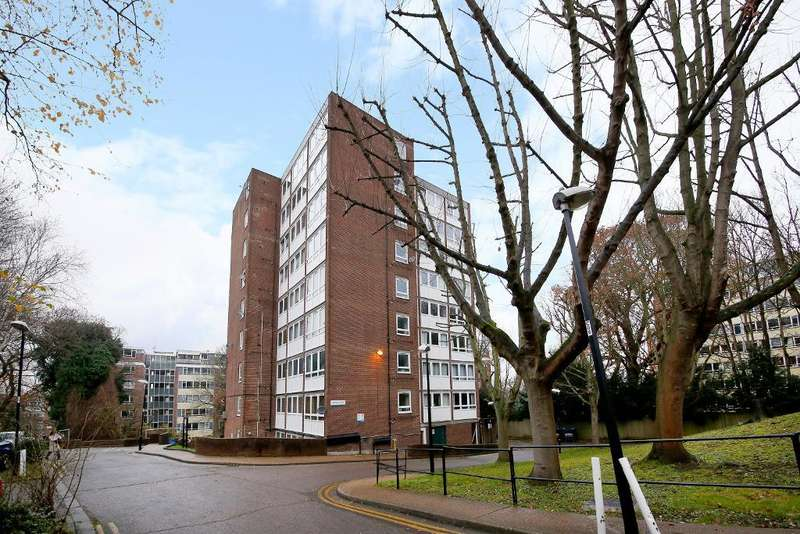 2 Bedrooms Flat for sale in Crystal Court, Upper Norwood, London, SE19 1UZ