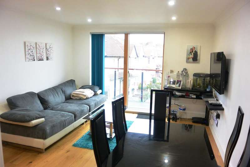 2 Bedrooms Flat for sale in The Curve, Victoria Road, Hendon NW4