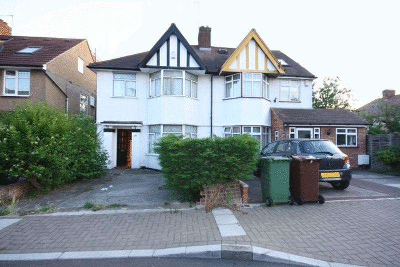 3 Bedrooms Flat for sale in Penylan Place, Edgware, HA8