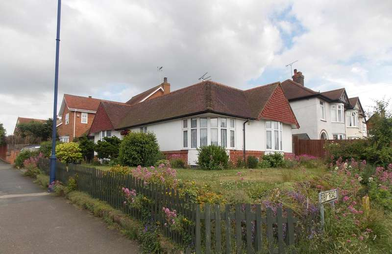 3 Bedrooms Detached Bungalow for sale in Orwell Road, Felixstowe, Suffolk IP11