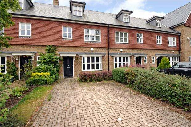 3 Bedrooms Terraced House for sale in Highgrove Avenue, Ascot, Berkshire
