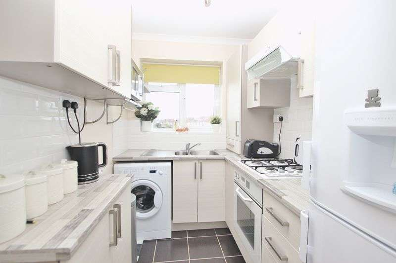 2 Bedrooms Flat for sale in Hill View Road, Bournemouth