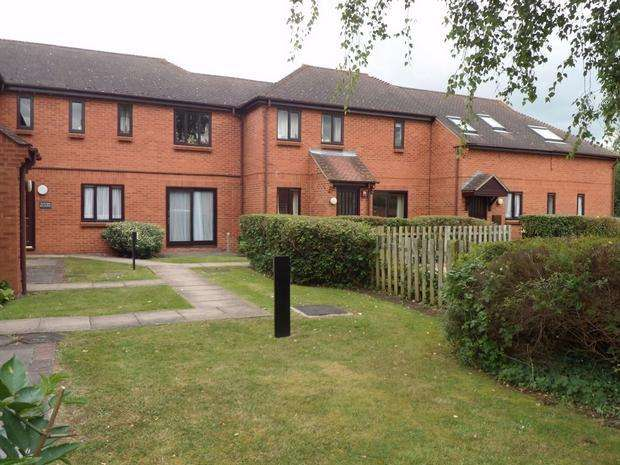 2 Bedrooms Maisonette Flat for sale in Plested Court, STOKE MANDEVILLE, HP22