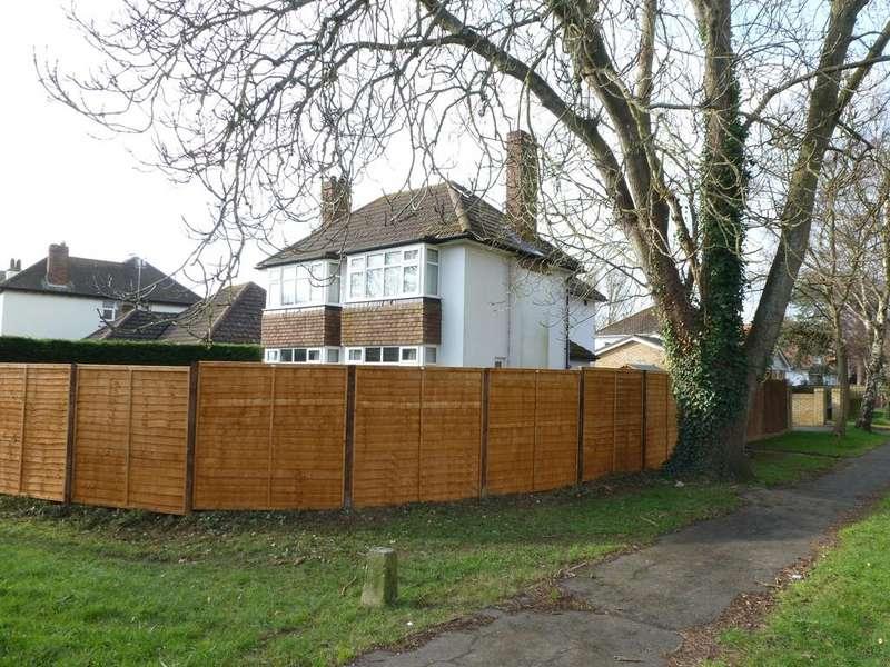 4 Bedrooms Detached House for sale in Pinehurst Park, Aldwick, Bognor Regis, West Sussex PO21