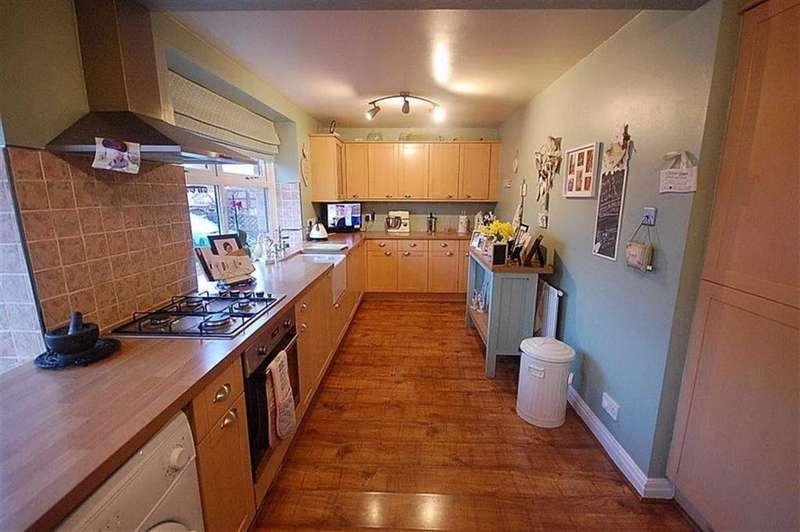 3 Bedrooms Terraced House for sale in Savile Court, Lee Green, Mirfield, WF14