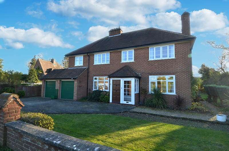4 Bedrooms Detached House for sale in Links Way, Flackwell Heath, HP10