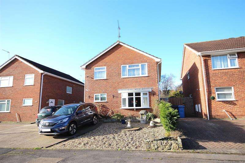 4 Bedrooms Detached House for sale in Lytchett Drive, Broadstone