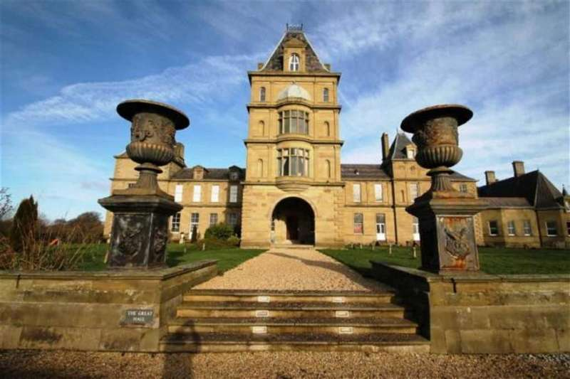 2 Bedrooms Flat for sale in Wynnstay Hall Estate, Wrexham