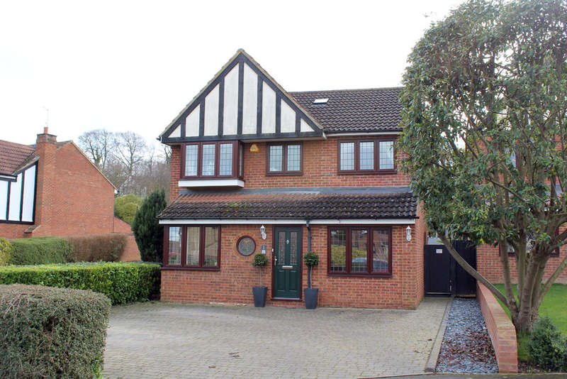 4 Bedrooms Detached House for sale in Mallow Walk, Royston