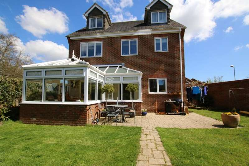 5 Bedrooms Detached House for sale in Cuckmere Close, Hailsham BN27