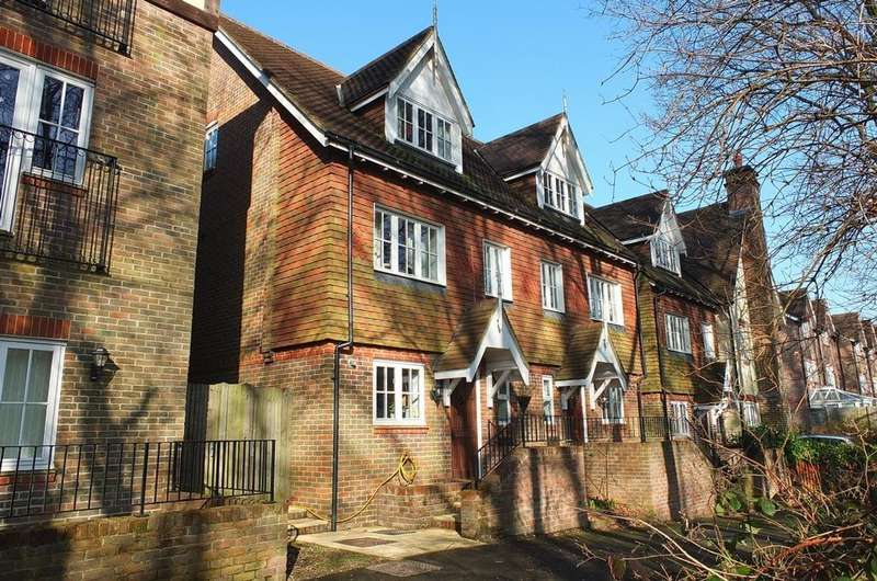 5 Bedrooms House for sale in Cherry Place, Lower Bolnore Village, Haywards Heath, RH16