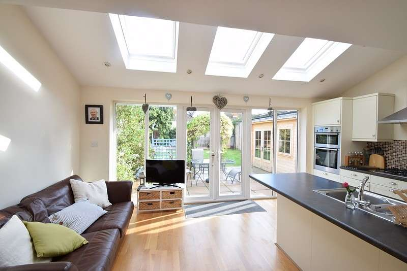 3 Bedrooms Semi Detached House for sale in The Avenue, Old Windsor, SL4