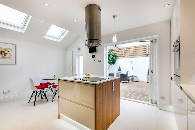 4 Bedrooms End Of Terrace House for sale in Silver Crescent, London