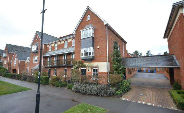 4 Bedrooms End Of Terrace House for sale in Turners Avenue, Elvetham Heath, Hampshire