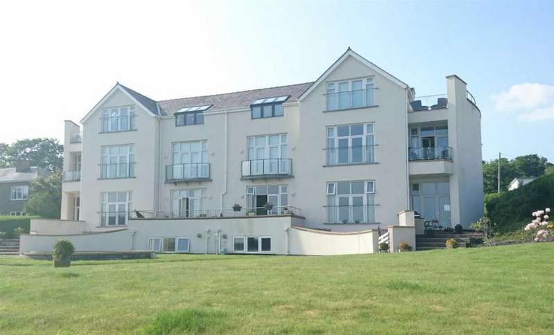 3 Bedrooms Flat for sale in Caernarfon Road, Pwllheli