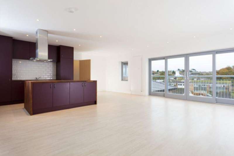 4 Bedrooms Detached House for sale in Chichester Road, Sandgate, CT20