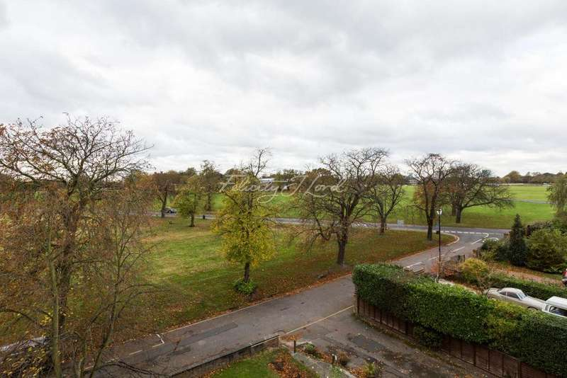 2 Bedrooms Flat for sale in Lyncourt, The Orchard, SE3