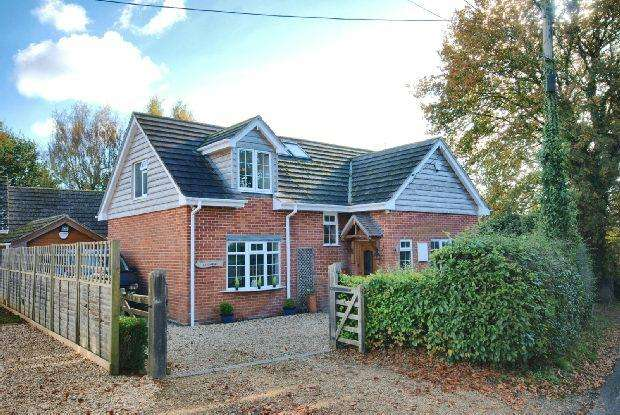 4 Bedrooms Detached House for sale in Sandleheath