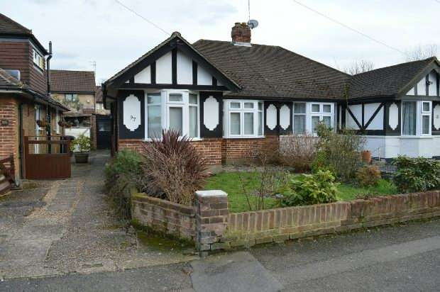 2 Bedrooms Semi Detached Bungalow for rent in Cheshire Gardens, Chessington