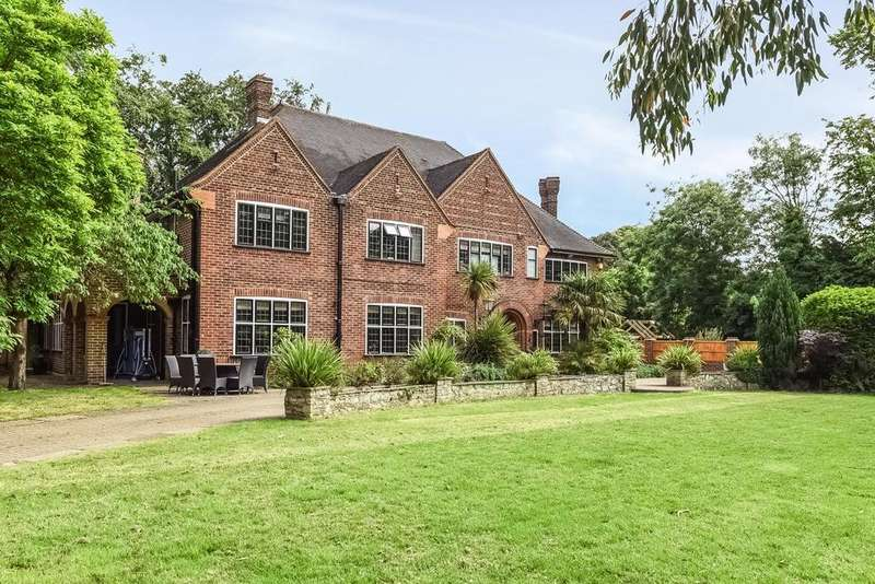 5 Bedrooms Detached House for sale in Logs Hill Close, Chislehurst, BR7