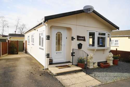 2 Bedrooms Detached House for sale in Dewlands Park, West Close, Verwood, Dorset