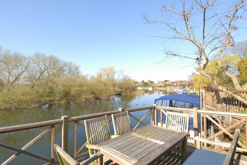 5 Bedrooms Detached House for sale in Park Avenue, Wraysbury