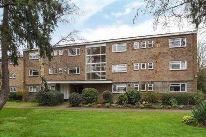 2 Bedrooms Flat for sale in Rectory Green, Beckenham