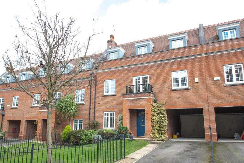 3 Bedrooms Town House for sale in Kipling Close, Warley, Brentwood, Essex, CM14