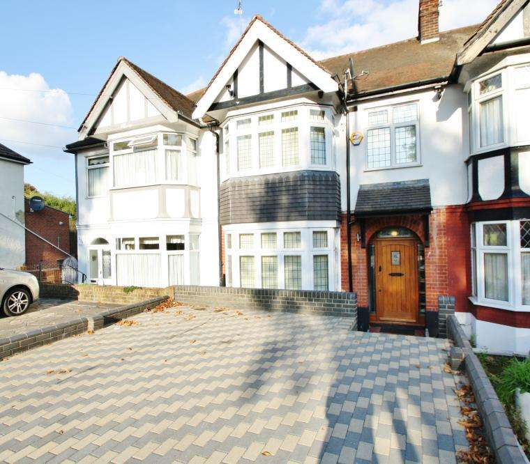 3 Bedrooms Terraced House for sale in TOMSWOOD HILL, HAINAULT/CHIGWELL BORDERS